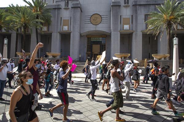 Ciudadanos y policías marchan en Miami para detener la violencia armada