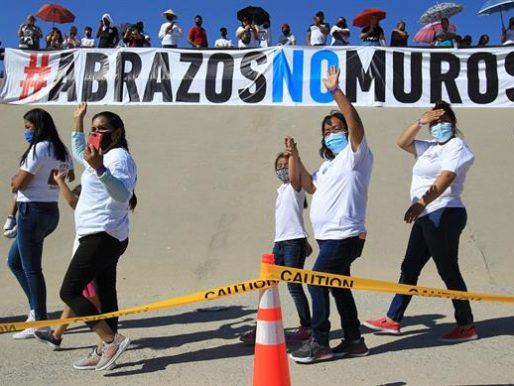Familias migrantes se abrazan en la frontera con México tras años sin verse