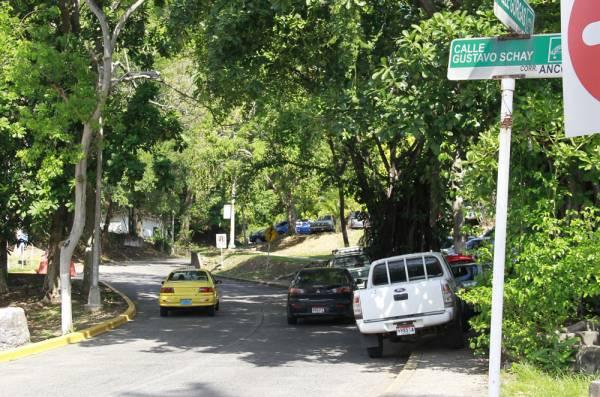 Corte declara ilegal decreto municipal sobre sanciones, por estacionar sobre aceras
