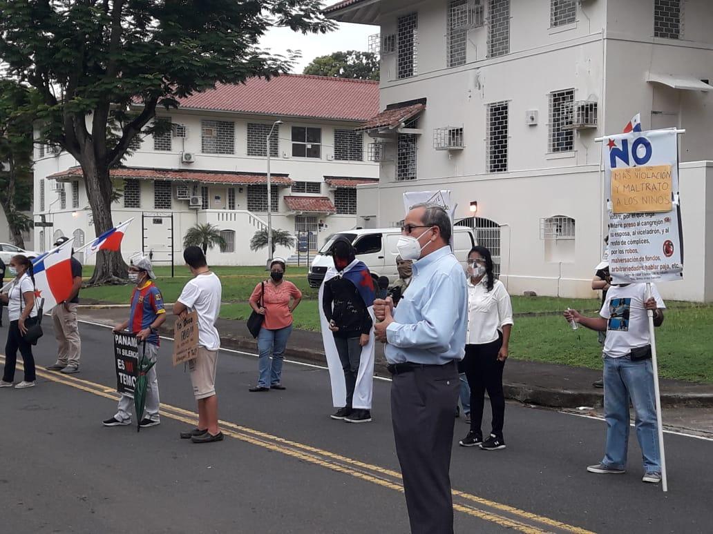 Continúan protestas de activistas pidiendo justicia por niños y adolescentes de los albergues
