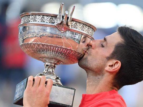 Djokovic reconquista París tras remontar a Tsitsipas