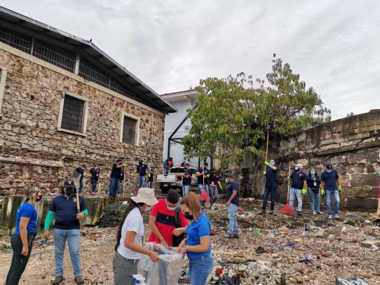 Más de 100 personas participan en limpieza de playas en el Casco Antiguo