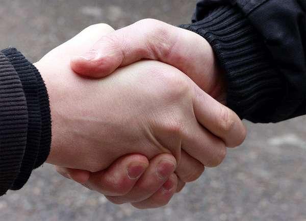 El apretón de manos regresa lentamente tras 16 meses de pandemia