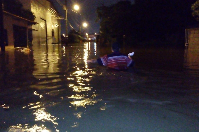 Residentes de Juan Díaz no saben qué hacer con las inundaciones en sus casas