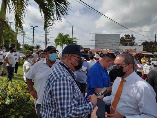 Ministro Paredes atiende inquietudes de pobladores de Playa Leona