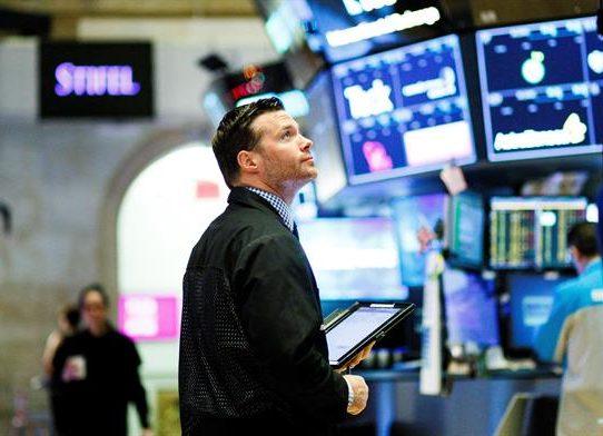Wall Street cerró con un triple récord entre expectativas por los resultados empresariales
