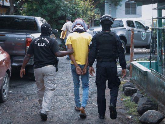 Un miembro de la policía y otras 12 personas quedan detenidos por pandillerismo