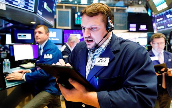 Wall Street profundiza pérdidas y el Dow cae casi un 2,50 % a media sesión