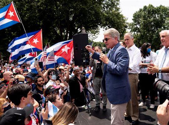 """Cientos de manifestantes lanzan al Gobierno de Biden un """"SOS"""" por Cuba"""