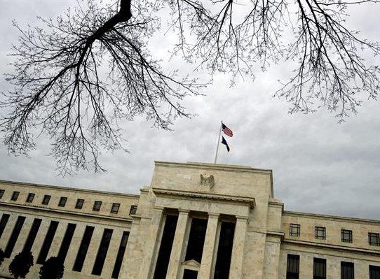 """La FED destaca el """"progreso"""" económico de EE.UU. pero prevé meses de inflación"""