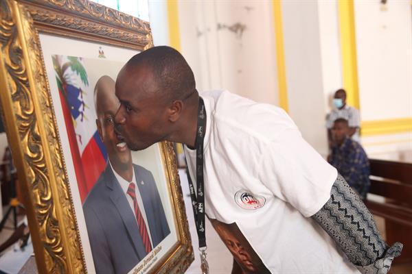 Haití celebra una misa en honor a Moise entre protestas