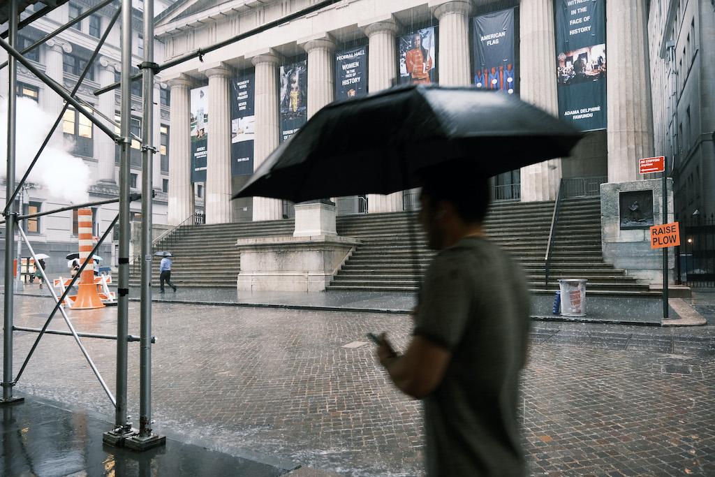 Wall Street termina a la baja en mercado preocupado por resurgimiento del coronavirus
