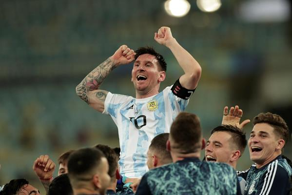 """Messi dedica triunfo a Maradona: """"seguro nos apoyó desde donde esté"""""""