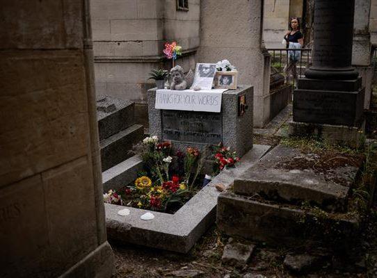 Homenaje en la tumba de Jim Morrison en el 50 aniversario de su muerte