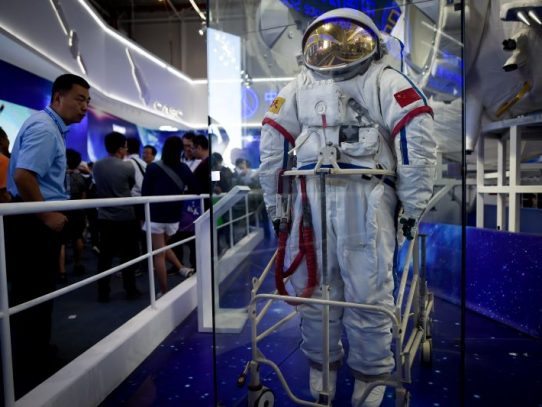 Primera caminata espacial de astronautas de estación china