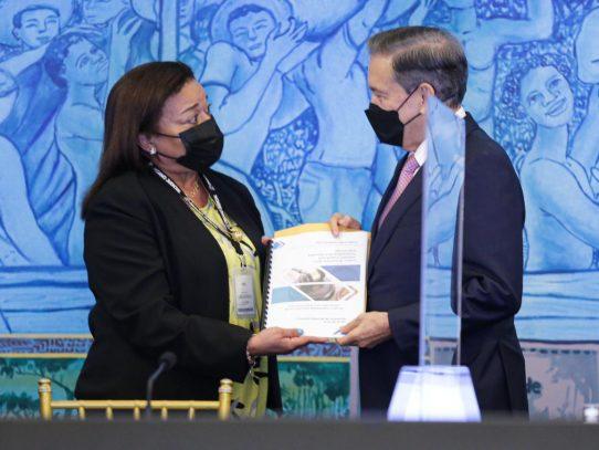 Comisión evaluadora entrega a Cortizo lista de aspirantes a magistrados de la CSJ