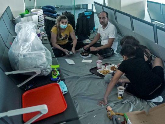 Sala 147, el limbo de una familia cubana en el aeropuerto de Panamá