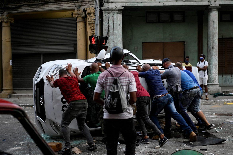 El gobierno cubano enfrenta protestas de descontento popular sin precedentes