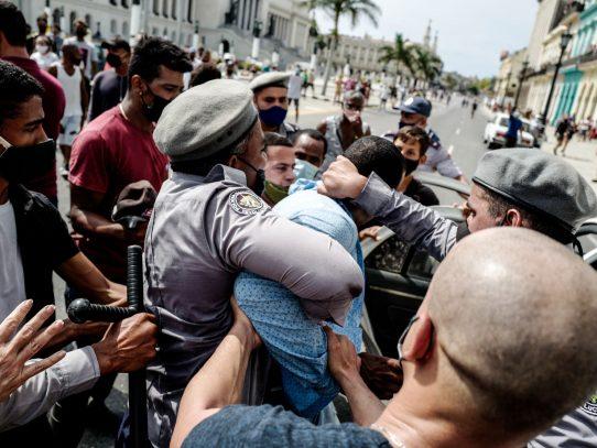 Juzgan en Cuba a personas que apedrearon hospital tras protestas de julio