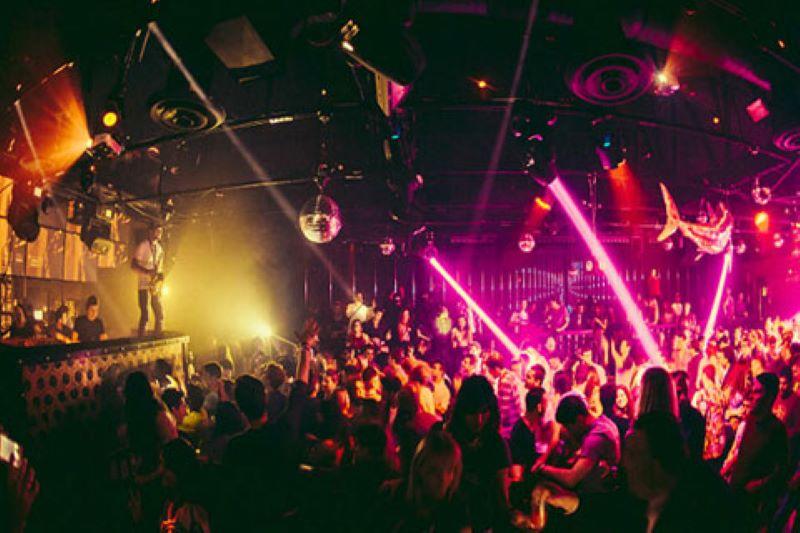 En las discotecas de Los Ángeles, la noche se disfruta sin mascarillas