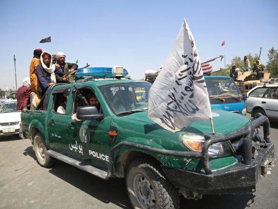 Talibanes cerca de formar gobierno en Afganistán en medio de inusual protesta de mujeres