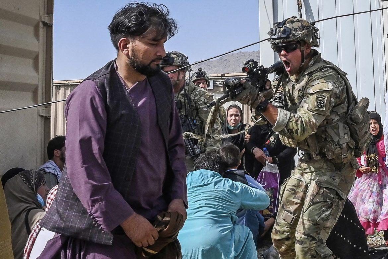 Soldados de EE.UU. matan a 2 hombres armados en aeropuerto de Kabul y suspenden vuelos