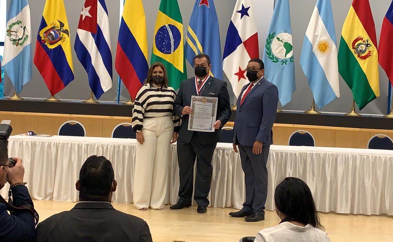 CNA distinguió con la Medalla César Quintero Correa al abogado Raúl Rodríguez Araúz