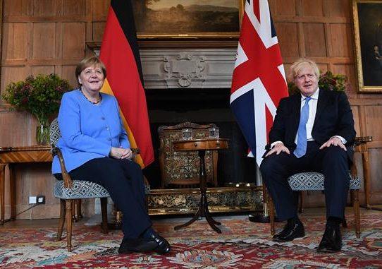 """Johnson y Merkel consideran """"crucial"""" la cooperación global"""