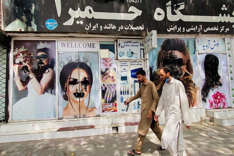 Mujeres afganas desafían a los talibanes exigiendo sus derechos