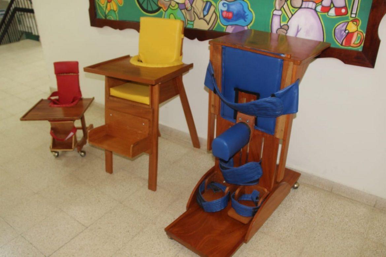 Mobiliario diseñado para estudiantes con parálisis evita acentuar sus lesiones