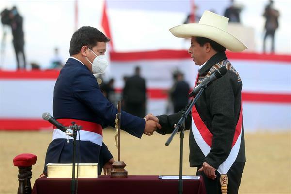 Líderes de derecha reclaman la salida del primer ministro de Perú