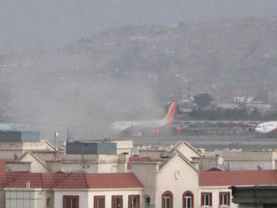 Un doble atentado junto al aeropuerto de Kabul deja al menos 15 muertos