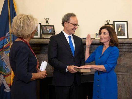 La nueva gobernadora de Nueva York, Kathy Hochul, toma posesión de su cargo