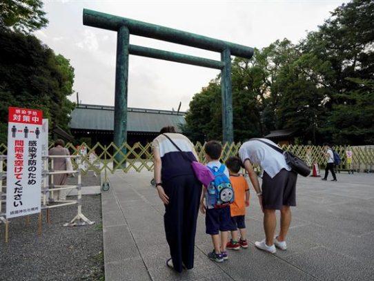 Ministros japoneses visitan el polémico santuario en el aniversario del final de la II GM