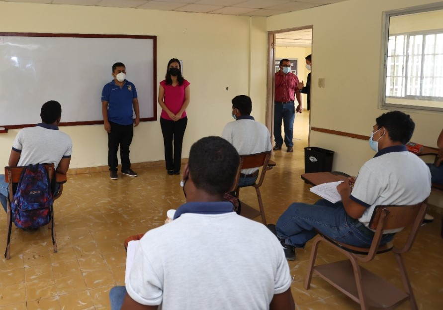 Equipo interdisciplinario realizó gira a escuela vocacional de Chapala