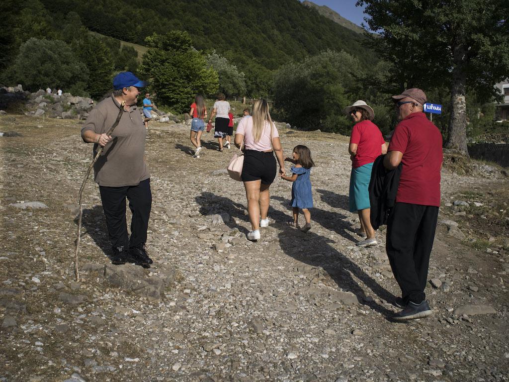 """Con más libertad, las jóvenes albanesas renuncian a la tradición de las """"vírgenes juradas"""""""