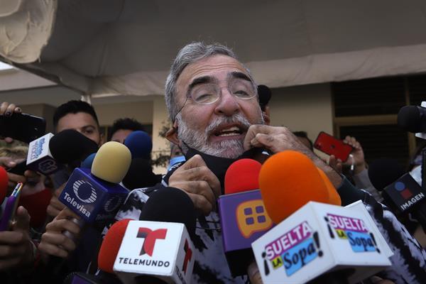 Vicente Fernández responde bien al tratamiento tras caída, dijo su hijo