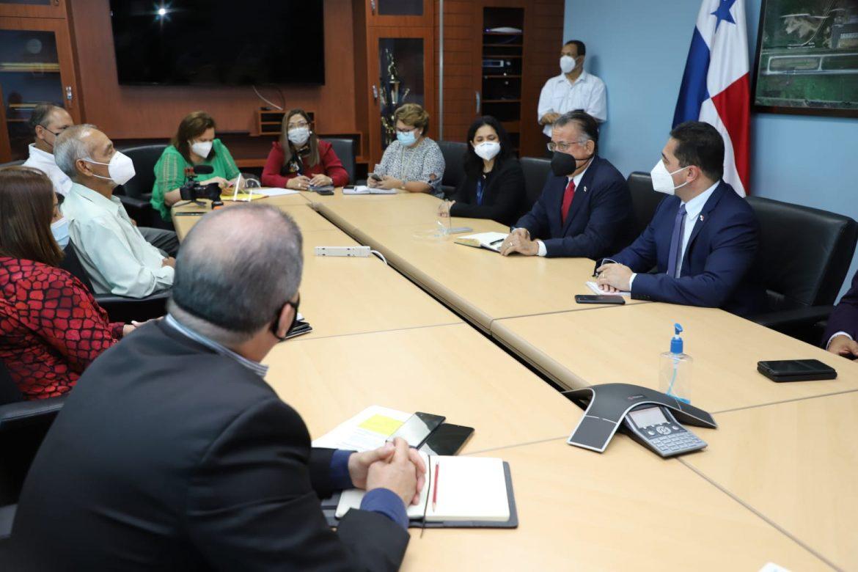 Ministro pone de relevancia la necesidad de reforzar controles sanitarios por el aeropuerto