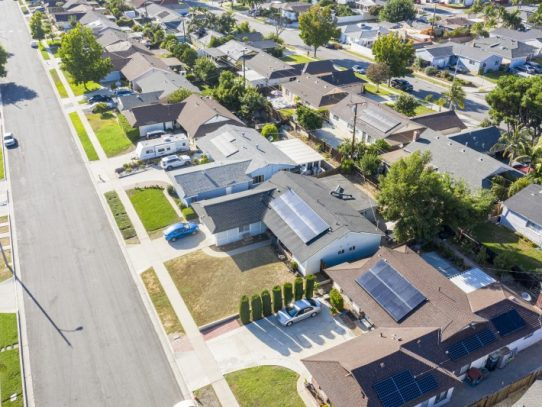 Compromisos de compraventa de vivienda vuelven a bajar en julio en EE.UU.