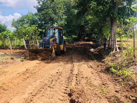 Rehabilitación de caminos de producción en Los Santos con un avance del 80%