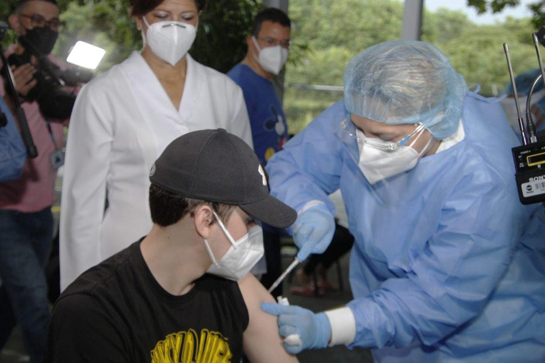 Hospitales privados inician vacunación contra la COVID-19