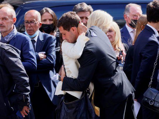 Delon y el cine francés despiden a Belmondo en iglesia parisina