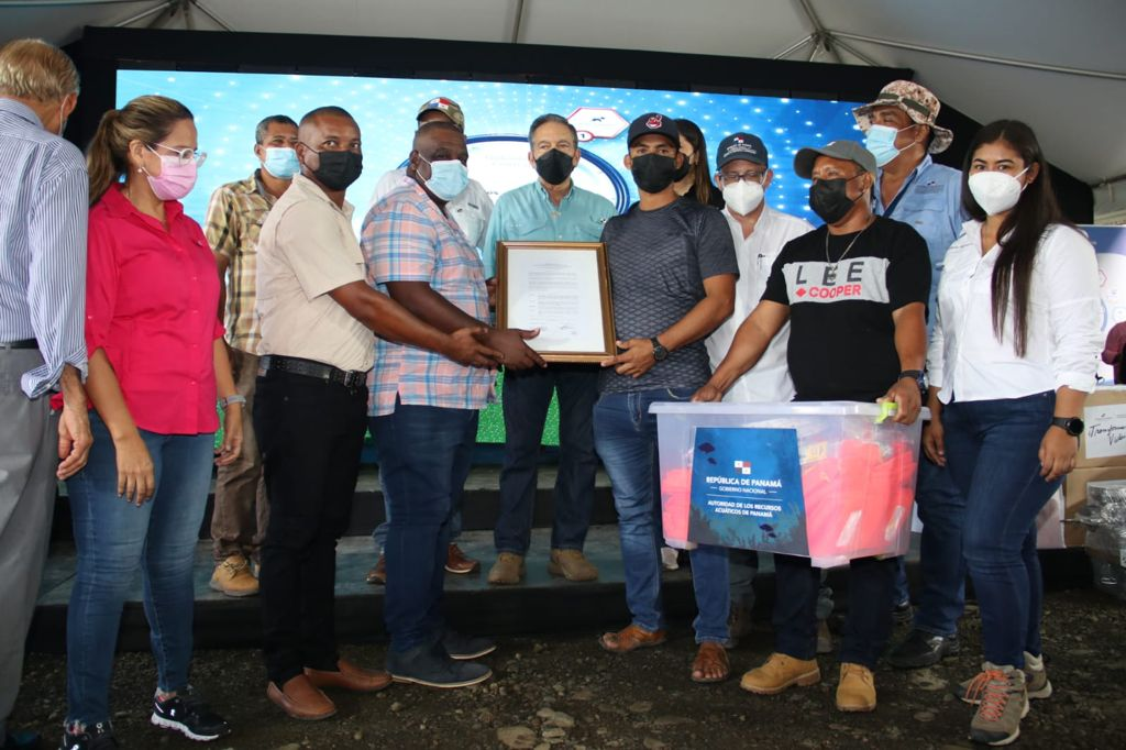 Pescadores y acuicultores reciben beneficios de parte del Gobierno