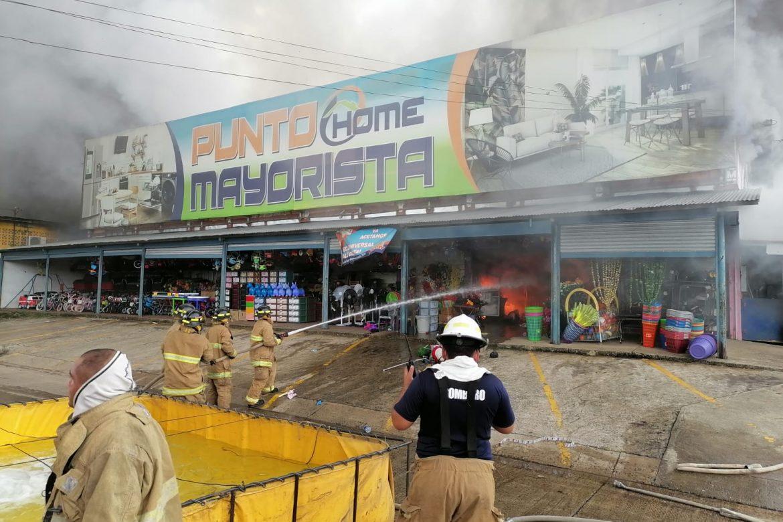 Se reporta incendio en almacén Punto Mayorista en Santiago