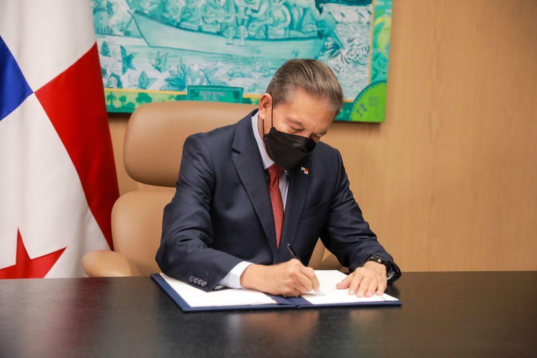 Presidente sanciona leyes en materia de fuero maternal y contratación de mano de obra extranjera