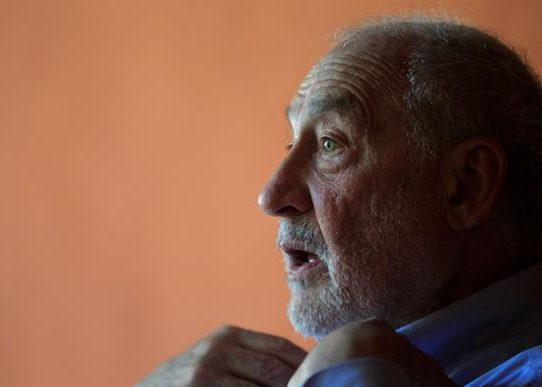 """Joseph Stiglitz: Hay que evitar el """"apartheid"""" con las vacunas"""