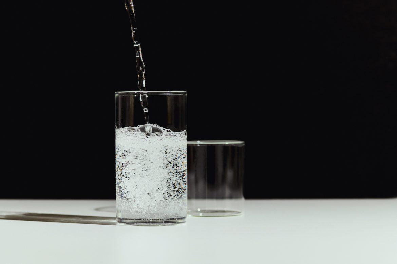 ¿El agua con gas es tan saludable como el agua sin gas?