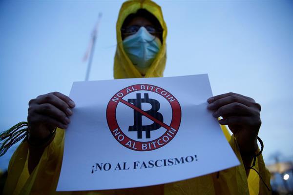 Los salvadoreños muestran desinterés y rechazo al bitcóin, según encuestas