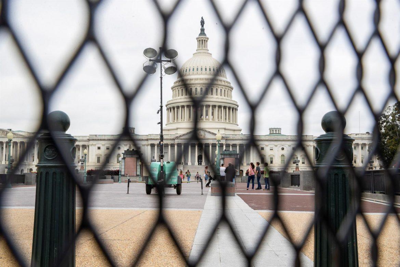 Una valla negra vuelve a rodear al Capitolio de EE.UU. ante una protesta del sábado
