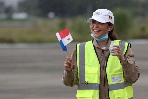 La piloto de 19 años que busca un récord por vuelta al mundo llegó a Panamá